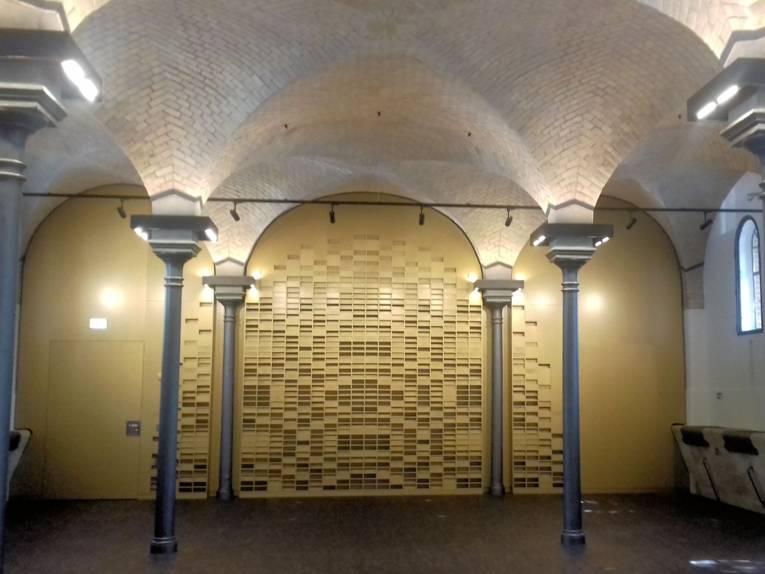 Innenansicht eines Gebäudes mit Säulen und Gewölbedecke.