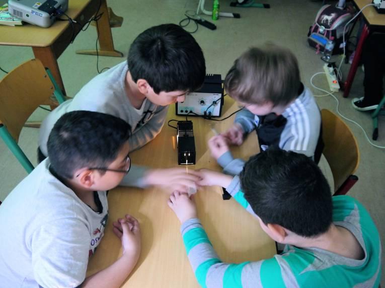 Vier Kinder bei einem Experiment