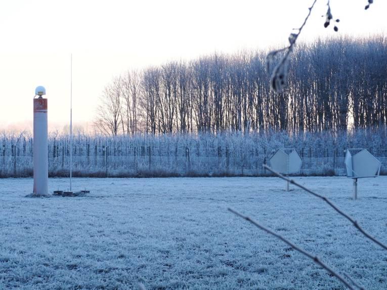 Messgeräte auf winterlicher Wiese.