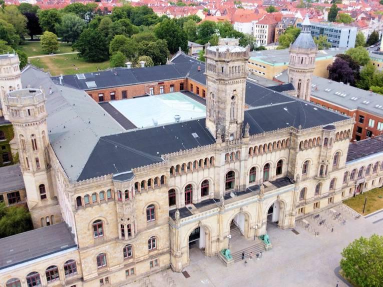 Ansicht eines historischen Gebäudes aus der Vogelperspektive.