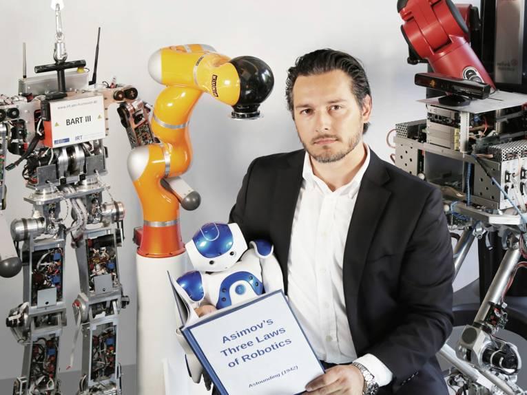 Mann mit Robotern