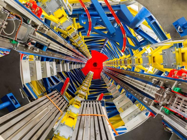 Tunnel mit technischen Vorrichtungen