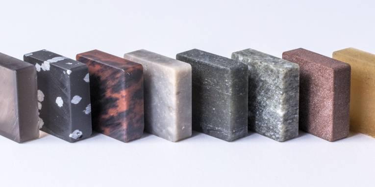 Viereckige Gesteinsplatten aufrecht hintereinander stehend