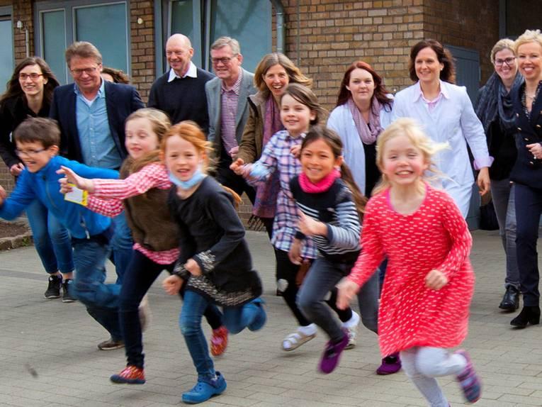 Laufende Kinder und Erwachsene