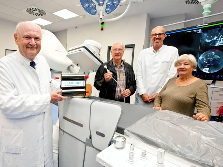 Vier Menschen mit medizinischen Großgeräten