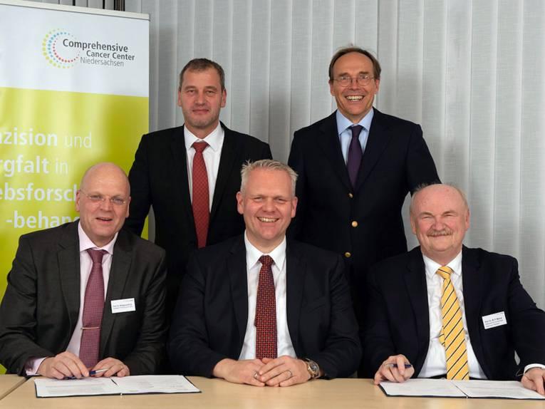Fünf Männer nach einer Vertragsunterzeichnung