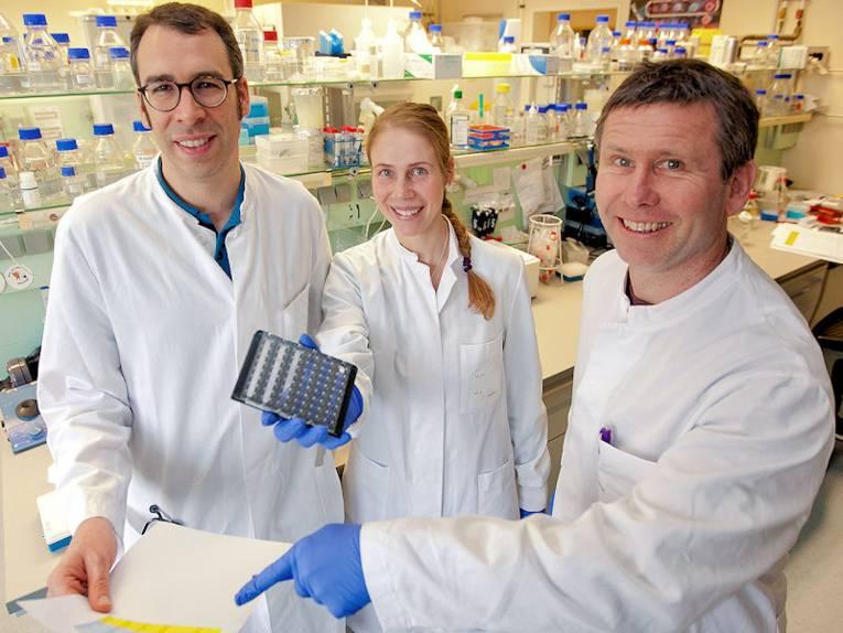 Eine Frau und zwei Männer in einem Labor