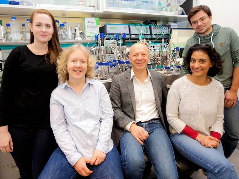 Drei Frauen und zwei Männer in einem Labor