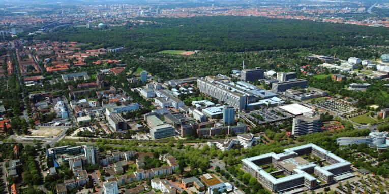 Luftaufnahme mehrerer Gebäude.