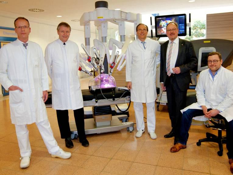 Vier Männer mit einem medizinischen Gerät