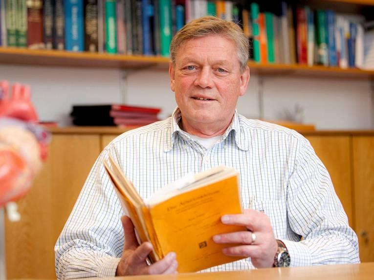 Mann mit Buch in den Händen