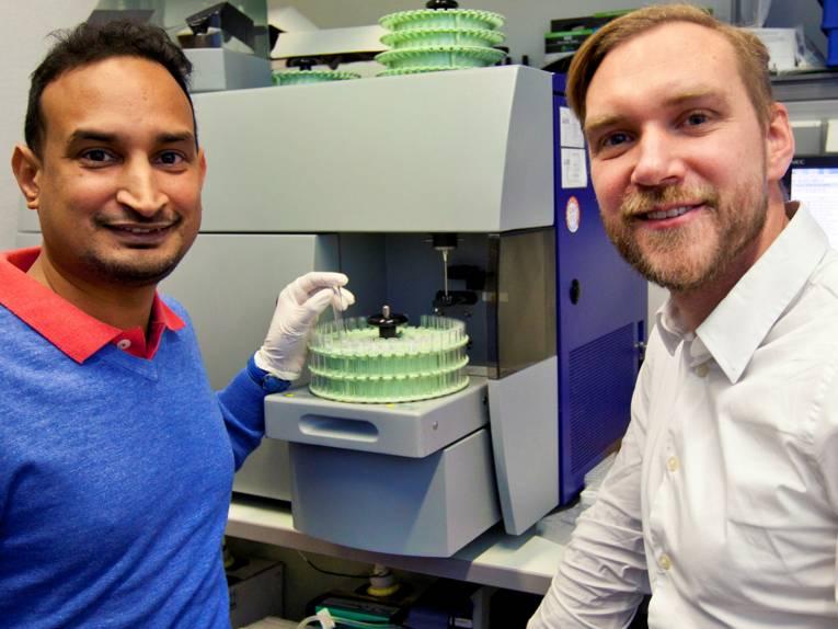 Zwei Männer mit einem Laborgerät