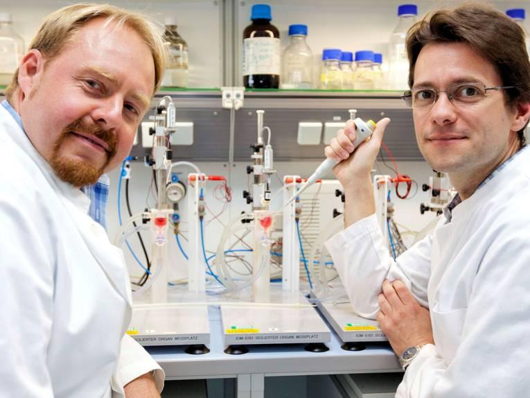 Zwei Männer mit Laborgeräten