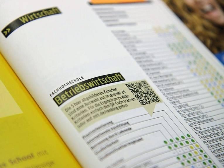 Aufgeschlagenen Broschüre mit tabellen