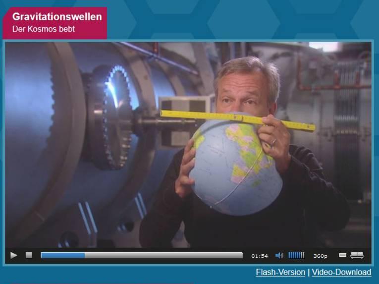 Mann hält ein Globus und einen Zollstock in den Händen.