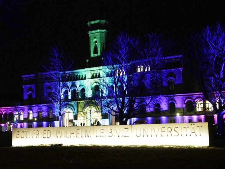 Gebäude bei Nacht farbig angestrahlt