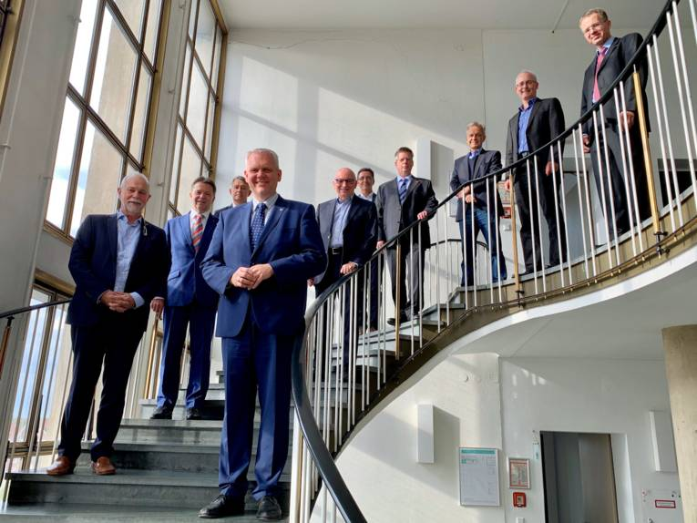 Männer auf einer Freitreppe stehend