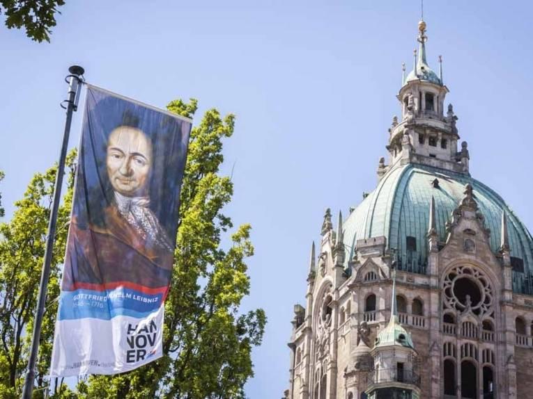 Fahne mit einem Bildnis Leibniz' weht vor der Rathauskuppel.