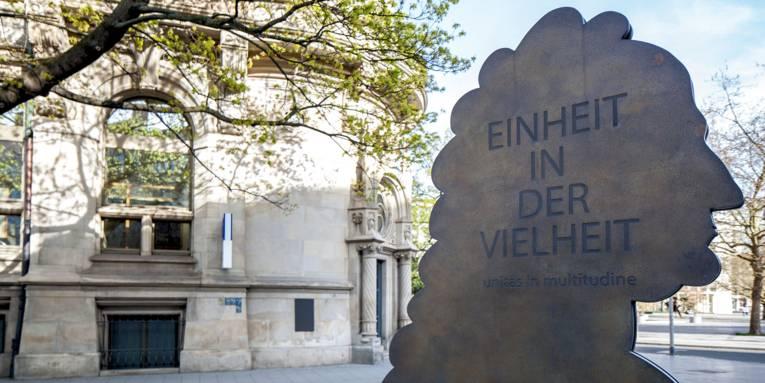 """Denkmal mit der Aufschrift """"EINHEIT IN DER VIELFALT"""""""