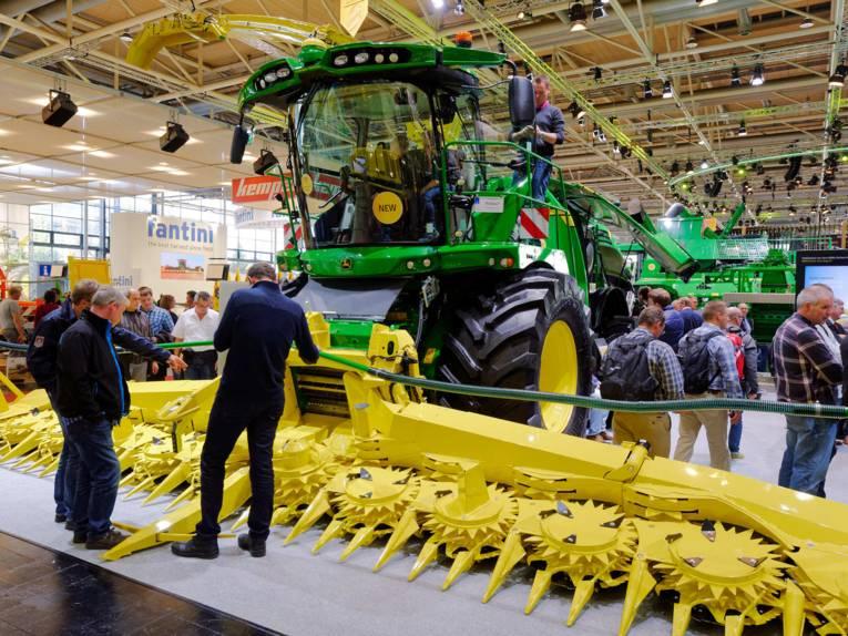 Landmaschine in Messehalle