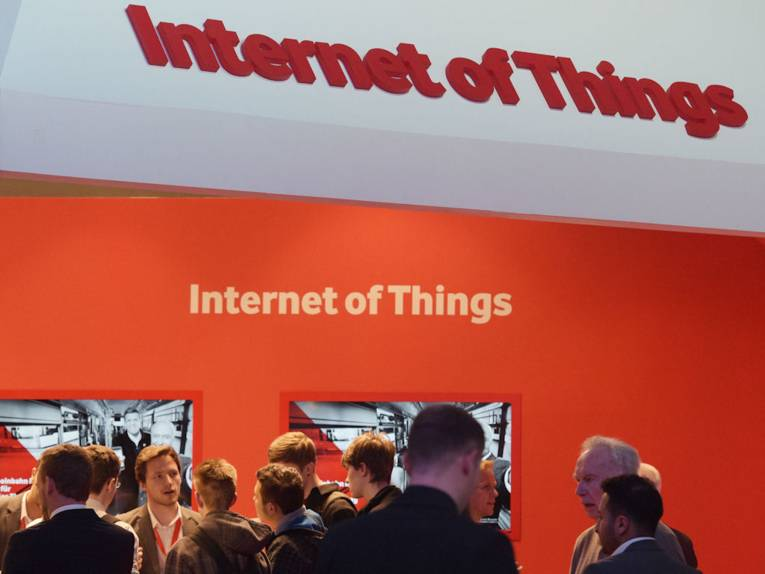 "Menschen vor Schriftzug ""Internet if Things"""