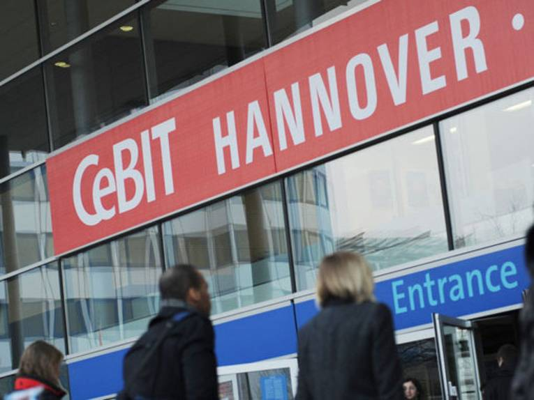Menschen vor dem Eingang zur CeBIT