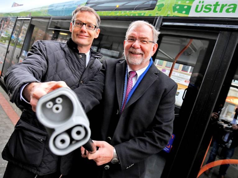 Zwei Männer vor einem Bus