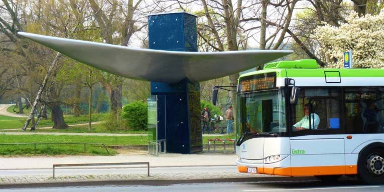 Bus hält an Haltestelle Maschsee/Sprengelmuseum