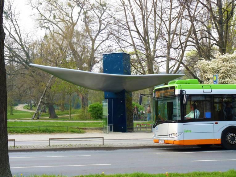 Bus hält vor Haltestelle.