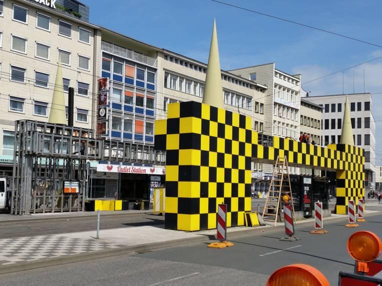 Bauarbeiter bauen eine Bushaltestelle ab.