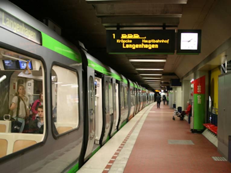 Stadtbahn in Haltestelle
