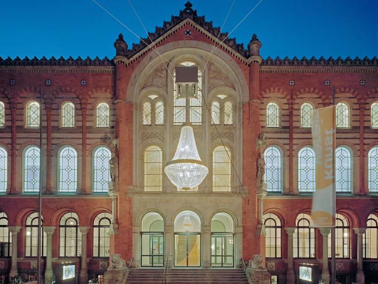 Außenansicht Künstlerhaus Hannover am Abend beleuchtet © Raimund Zakowski, Quelle: Hannover Marketing und Tourismus GmbH (HMTG)