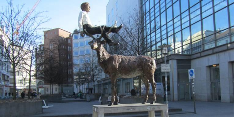 Mann mit Hirsch von Stephan Balkenhol