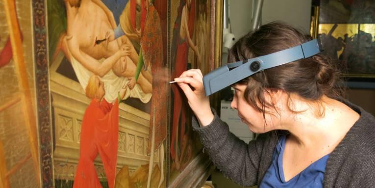 Frau vor einem Gemälde