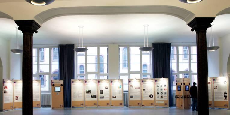 Standtafeln mit Bildern in einem großen Raum