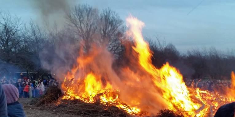 Brennender Holzhaufen