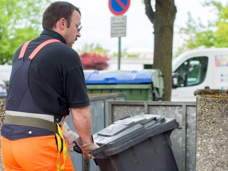 Müllmann mit Mülltonne