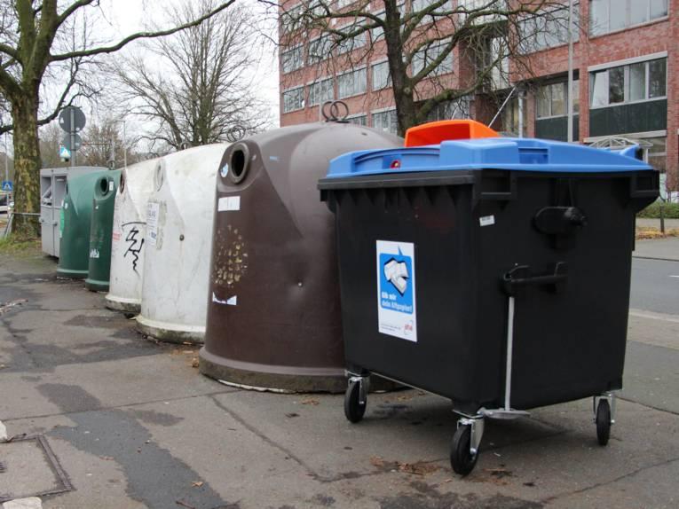 Altpapiercontainer und Altglasentsorungsbehälter