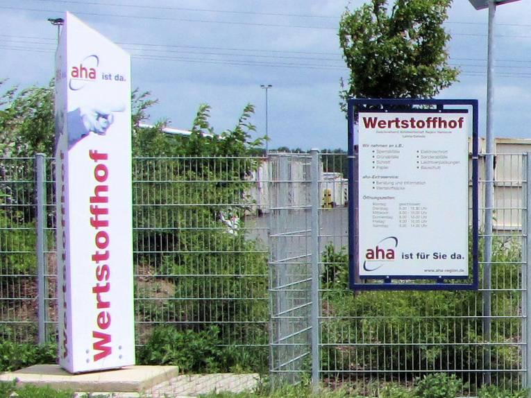 """Schild und Stele mit der Aufschrift """"Wertstoffhof"""""""