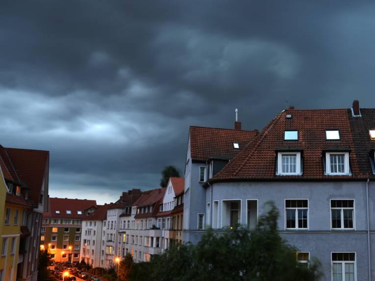 Dunkle Wolken über Häuser