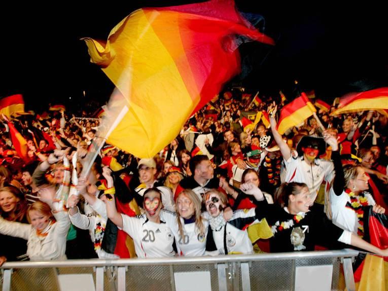Menschenmasse mit Deutschlandfahnen.
