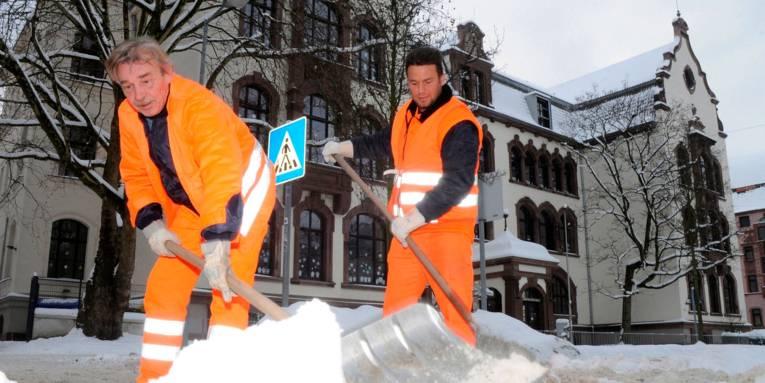 aha-Mitarbeiter beim Schneeräumen