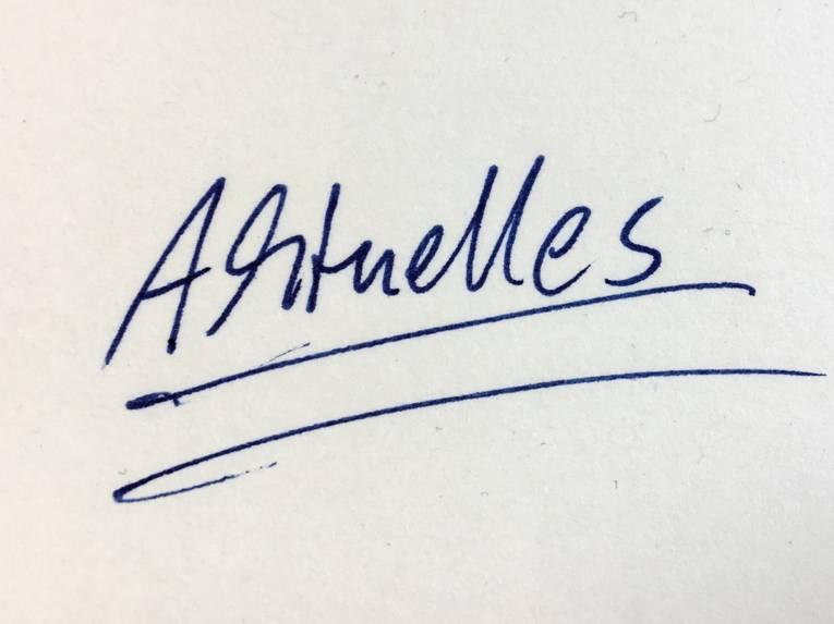 Das Wort Aktuelles auf ein Blatt Papier geschrieben.
