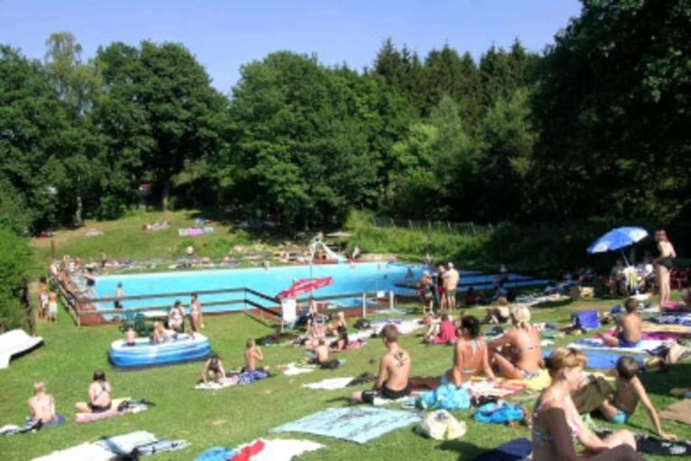 Menschen im Freibad Altenhagen I