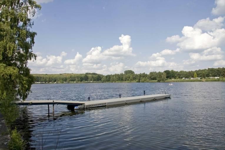 grauer Badesteg an einem See