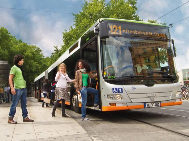 Fahrgäste steigen in einen Bus.