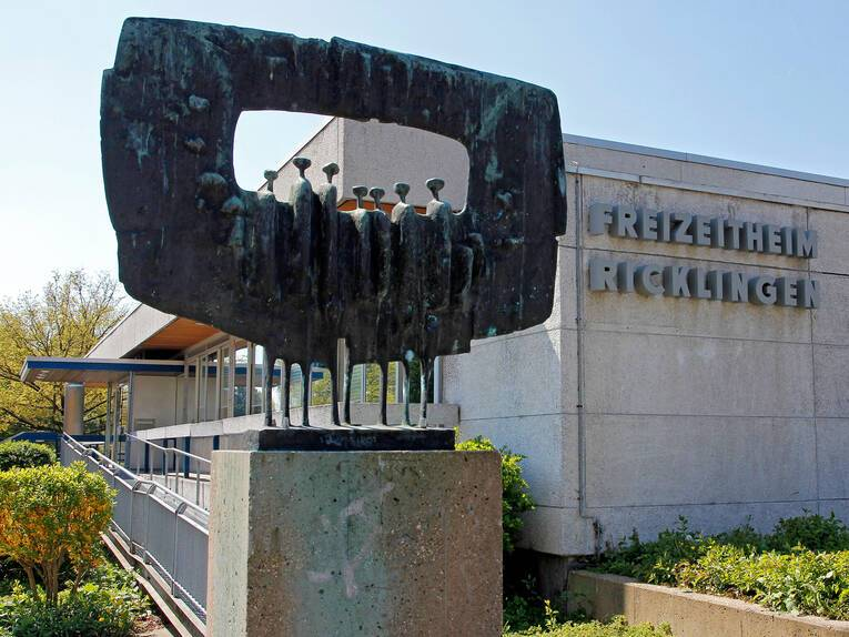 """Skulptur """"Große gerahmte Figuren"""" vor dem Stadtteilzentrum Ricklingen"""