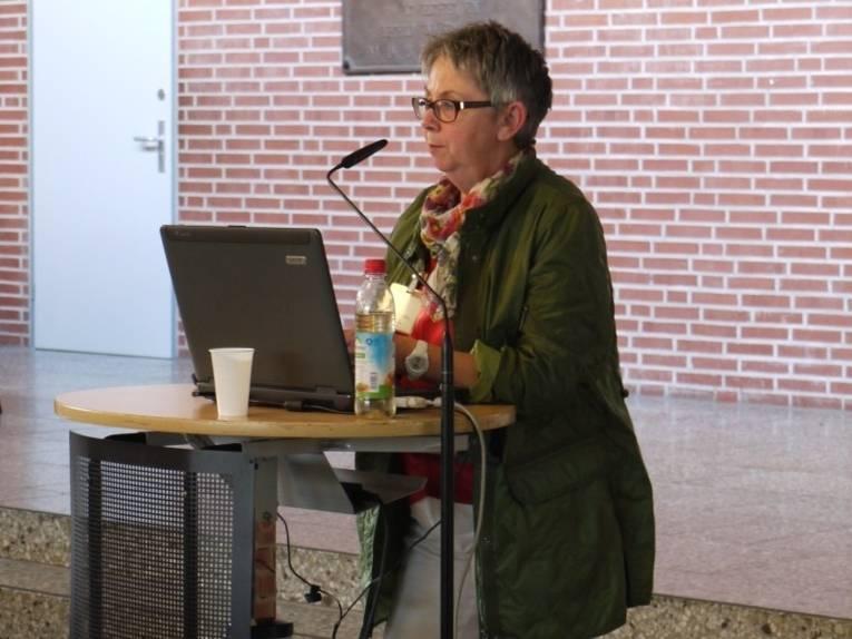 Bezirksbürgermeisterin Brigitte Schlienkamp am Rednerpult.