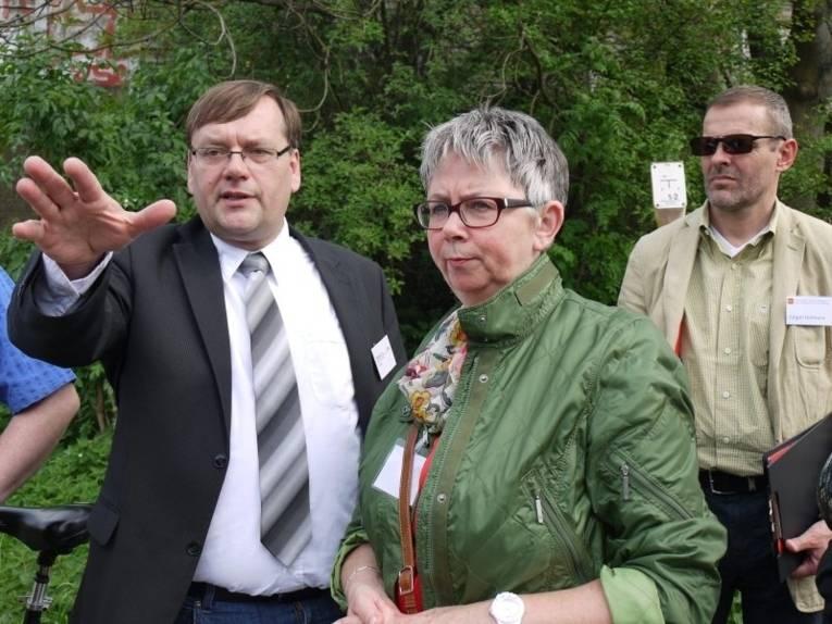 Herr Vey (infra), Frau Schlienkamp (Bezirksbürgermeisterin) und Herr Hofmann (Büro Künne und Partner) bei einer gemeinsamen Ortsbegehung.