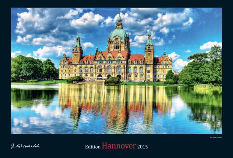 Rathaus, davor ein Teich.